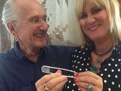 Marta Díaz recibe un imperdible de plata recuerdo de la Pasarela Adlib del año 1976